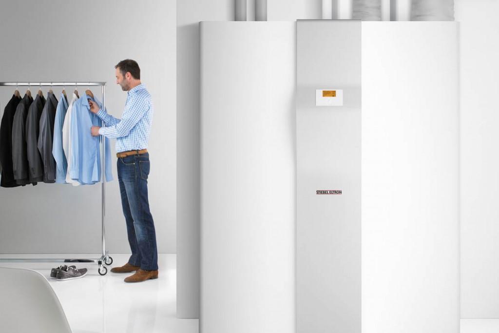 Kompaktanlage: Mit der Wärme der Abluft wird der Warmwasserspeicher aufgeladen. Foto: Stiebel Eltron
