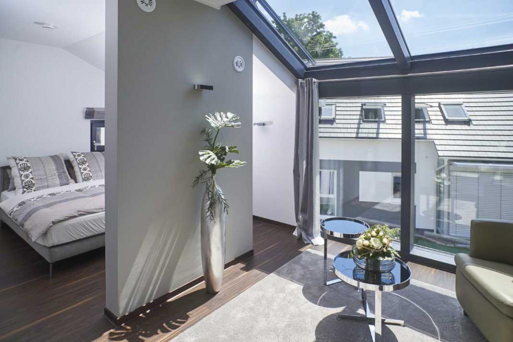 Dank automatisch geregelter Verschattung kann man auch im Dachbereich mehr Glas wagen, mit Gewinn an Wohnqualität. Foto: Bien-Zenker