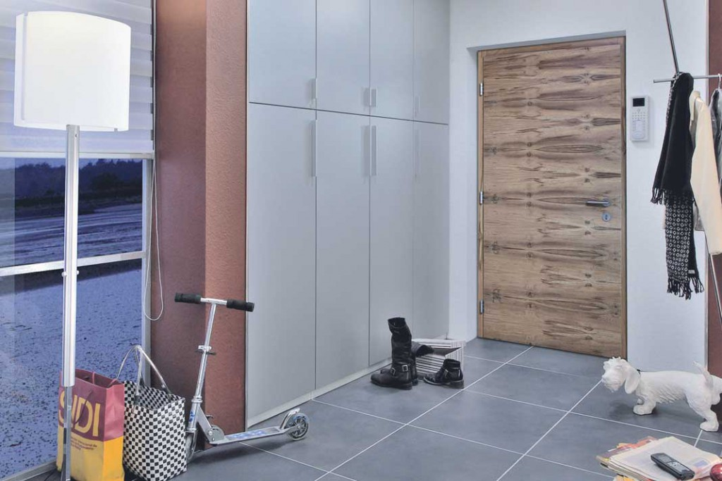 Wer nachhaltig baut, baut auch barrierefrei: Haustür mit automatischem Dreh-Türantrieb. Foto: Kneer