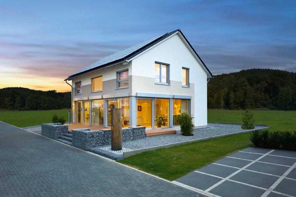 """Es gibt ihn, den """"negativen Bedarf"""": Ein Plusenergie-Haus erzeugt mit seiner PhotovoltaikAnlage im Jahr mehr Energie, als es verbraucht. Foto: Kampa"""