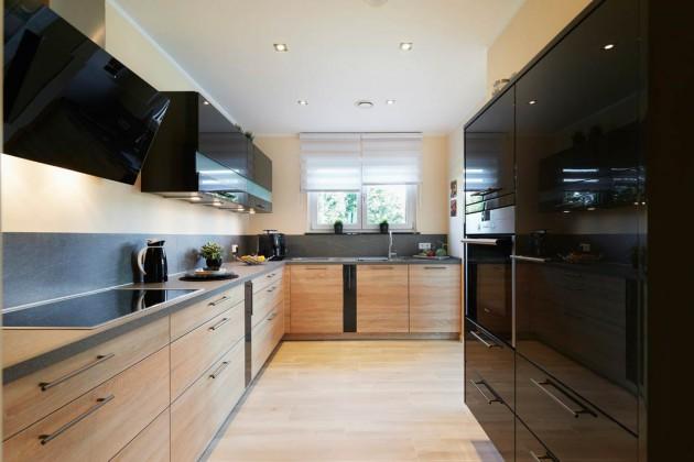 Küche mit glänzenden, schwarzen Froten.