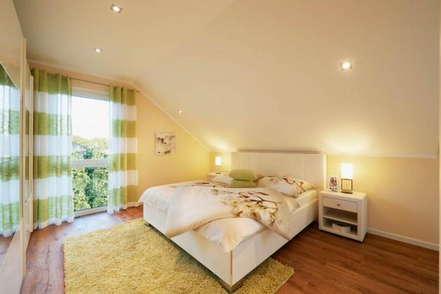 Schlafzimmer mit Deckenschräge.