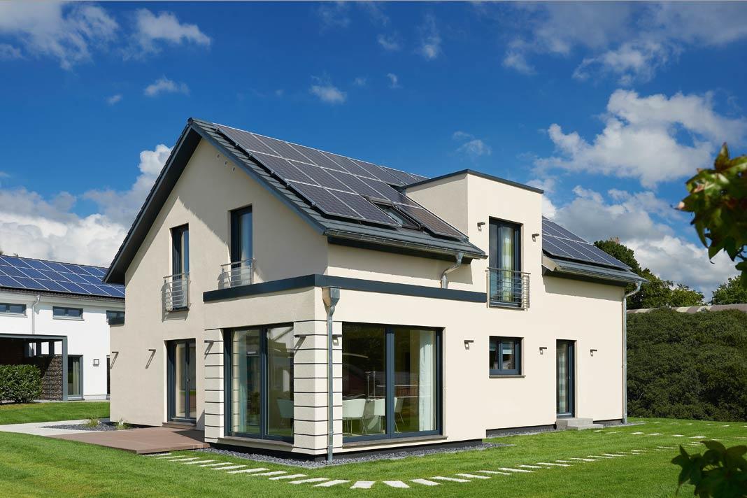 Bereits von außen zeigt die dachflächenumfassende Photovoltaikanlage