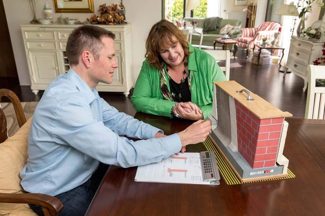 Fachmann Karsten Samland erläutert der Hausherrin Ulrike Busch die Sanierung.