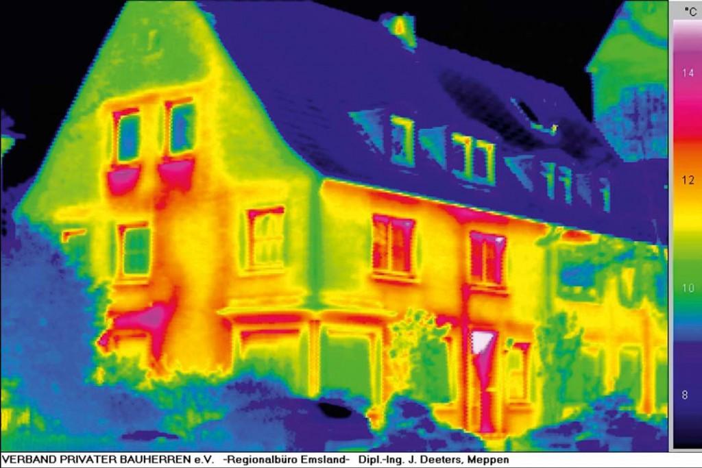 Die Aufnahme einer Wärmebildkamera bringt die Wärmelecks in Rot und Gelb sehr deutlich zum Ausdruck.