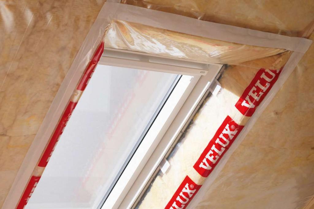 Beim Einbau eines Dachflächenfensters muss auf eine lückenlose Abdichtung und Dämmung geachtet werden.
