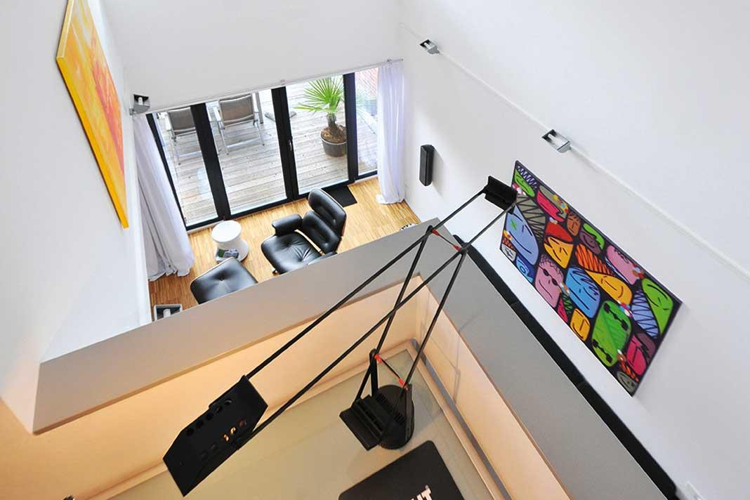 Großartige Ausblicke vom Arbeitsplatz auf der Galerie in den Wohnraum.