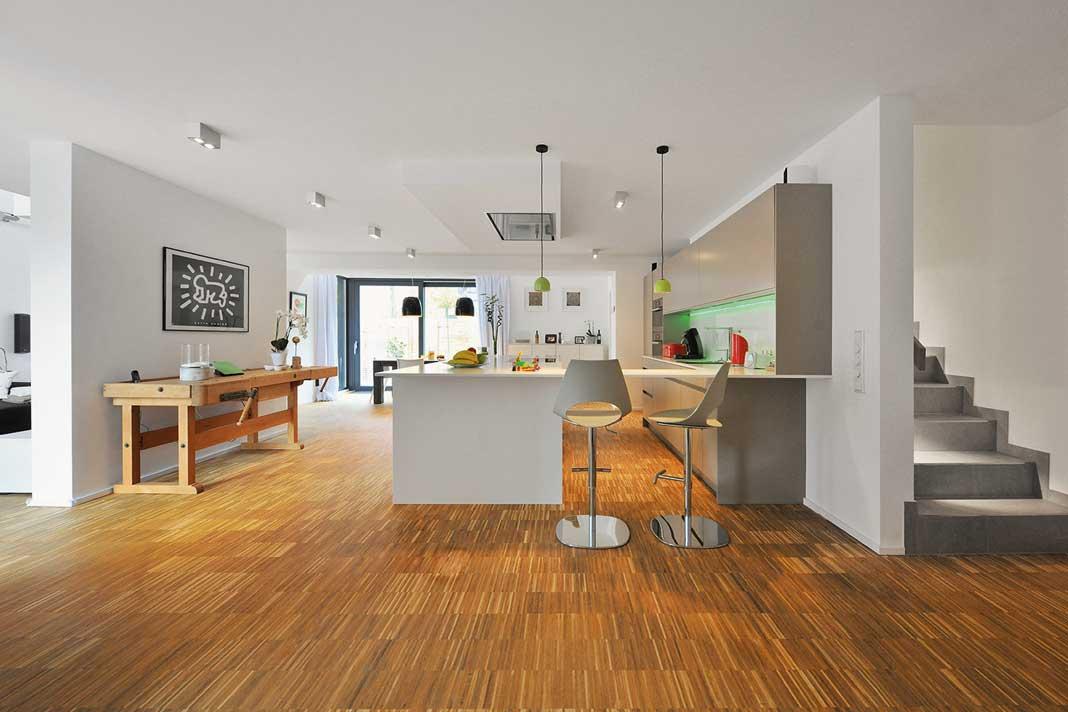 Einen großen, hellen, offenen Bereich zum Wohnen, Essen und Kochen, das wünschte sich die Familie.