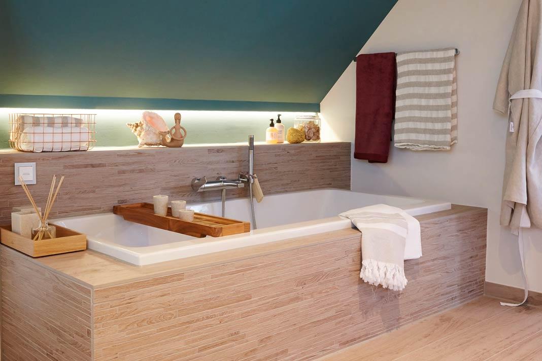 Indirekte, dimmbare Beleuchtung und die warmen Fliesentöne bilden die perfekte Kulisse für ein entspannendes Wellness-Bad. Foto: Viebrock