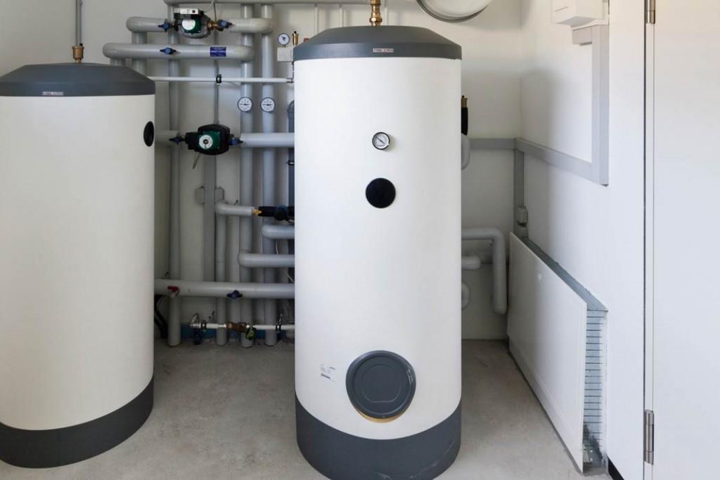 Im Technikraum sind ein Pufferspeicher und ein 300-Liter-Warmwasser-Standspeicher installiert.