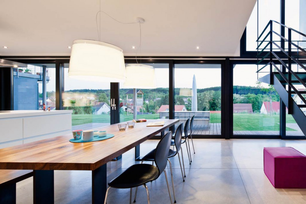 Vom Essplatz aus genießen die Bewohner einen fantastischen Ausblick auf Terrasse, Garten und Landschaft.