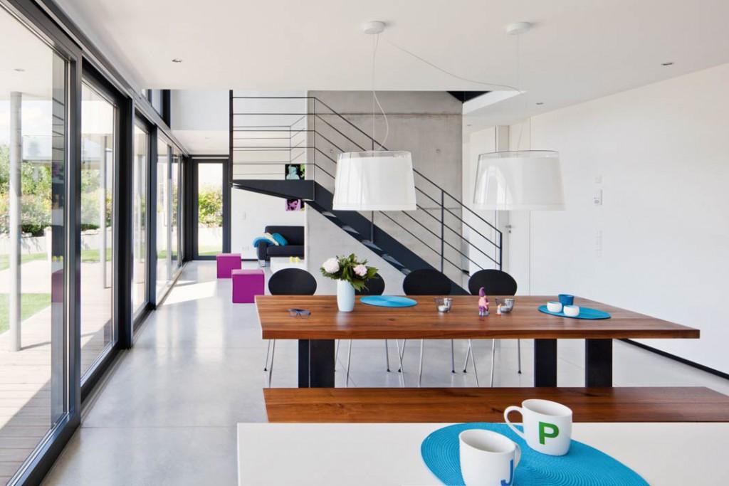Blickachsen durchs ganze Haus erlauben die offenen Wohnzonen fast ohne Wände.
