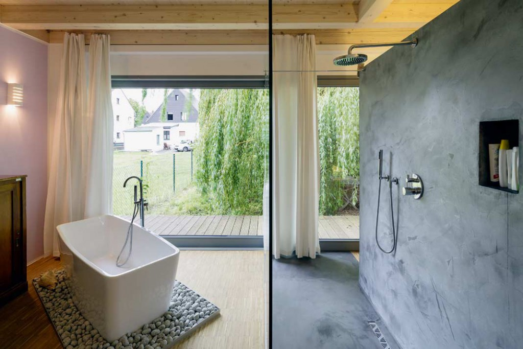 Duschen oder Baden mit Blick ins Grüne.