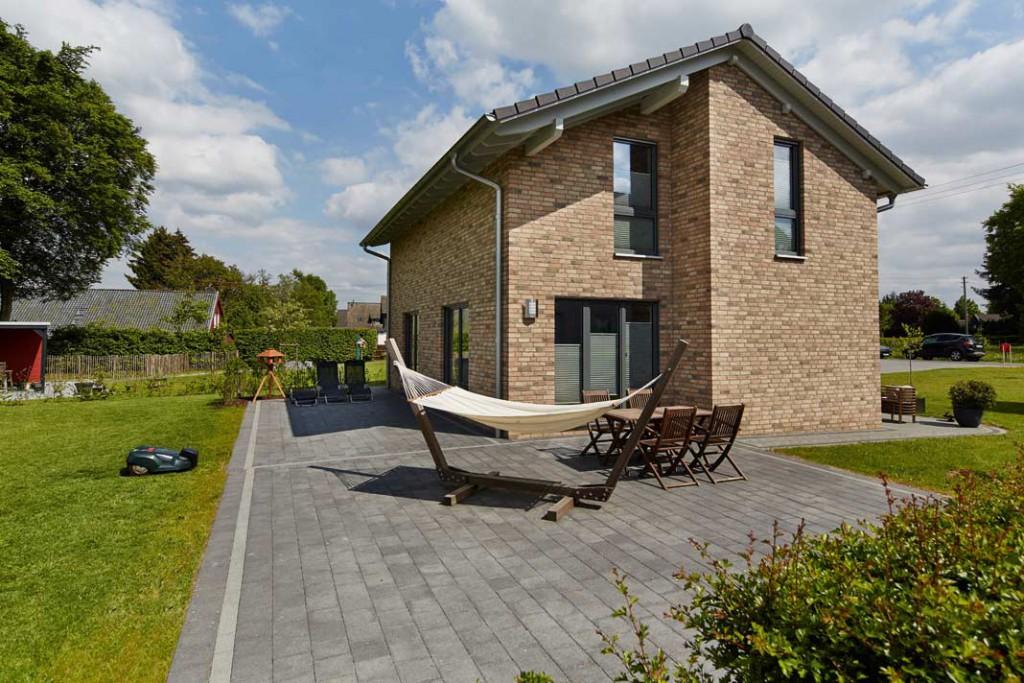 Fassadenrücksprünge auf der Eingangs- sowie auf der Giebelseite verleihen dem Haus seinen besonderen Reiz