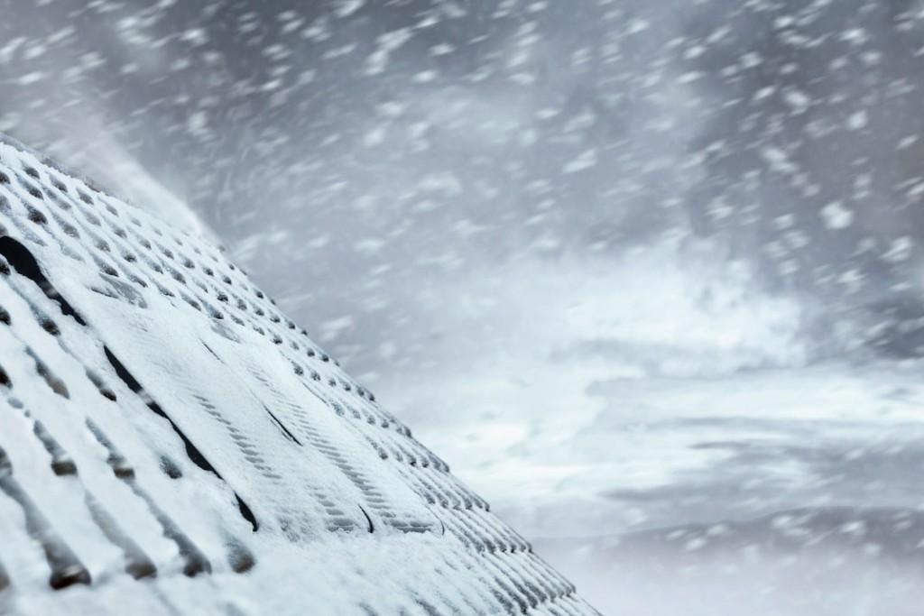 Bei winterlicher Witterung bilden Rollläden an Dachfenstern einen zusätzlichen Wärmeschutz. Foto: Velux