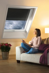 Rollläden an Dachfenstern halten die Wärme im Raum
