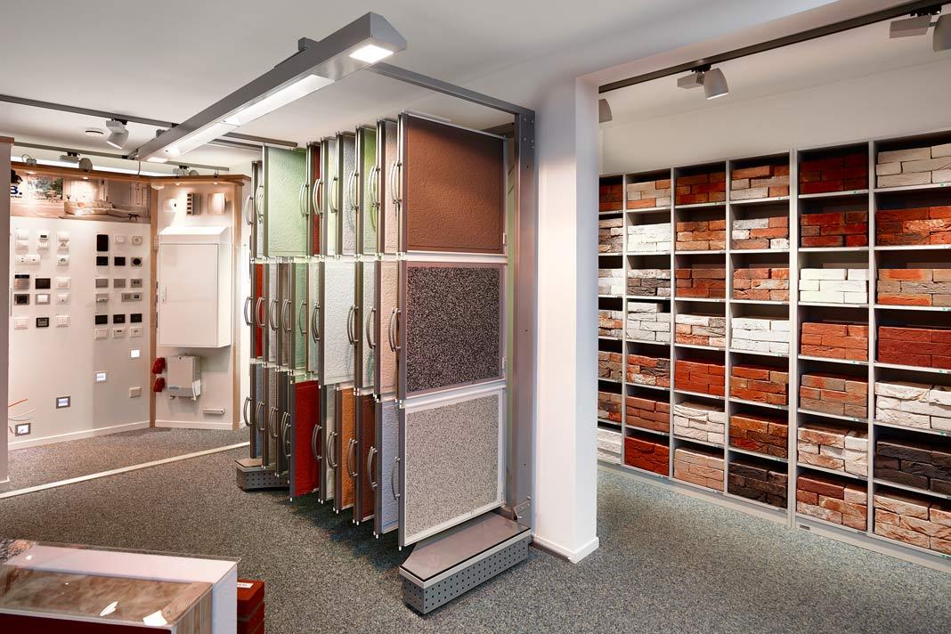 In schönem Ambiente und in Ruhe können Bauherren hier Putz- und Klinkenvarianten für die Fassade wählen. Foto: Gussek Haus
