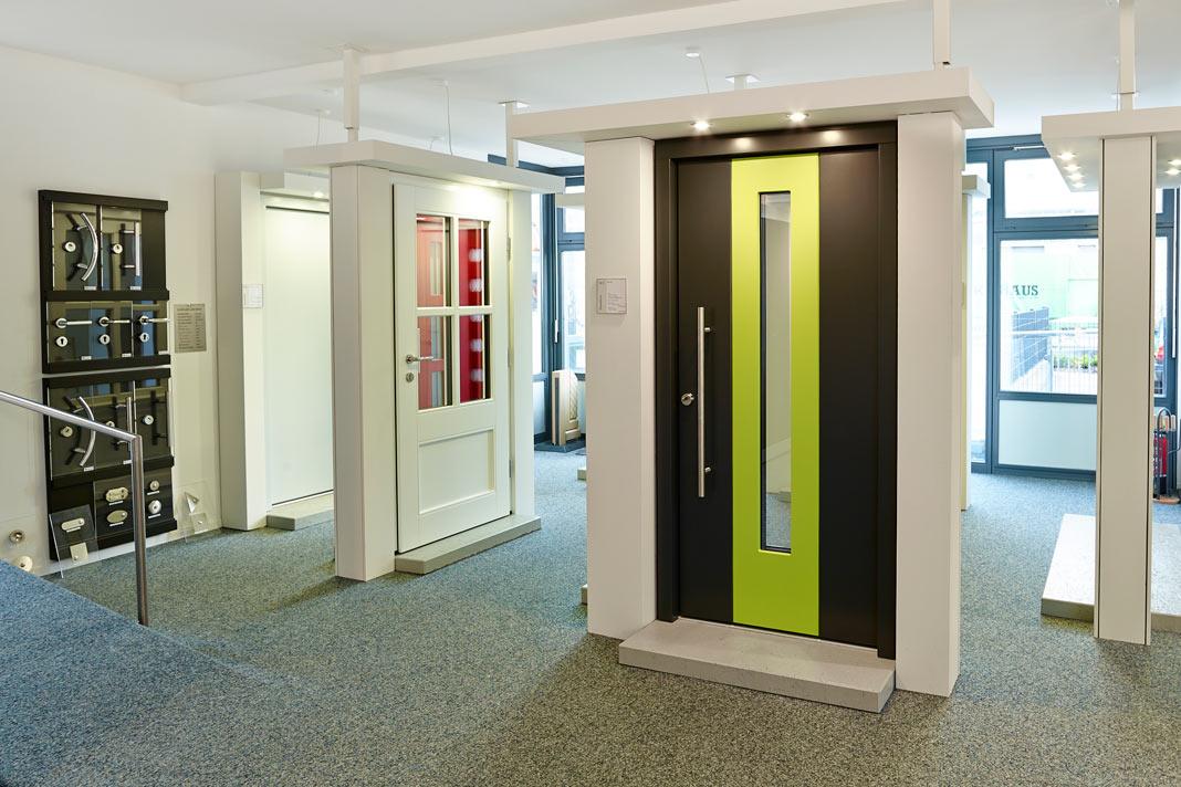 Anders als bei der Auswahl aus einem Prospekt können hier beispielsweise Haustüren tatsächlich angefasst und ausprobiert werden. Foto: Gussek Haus