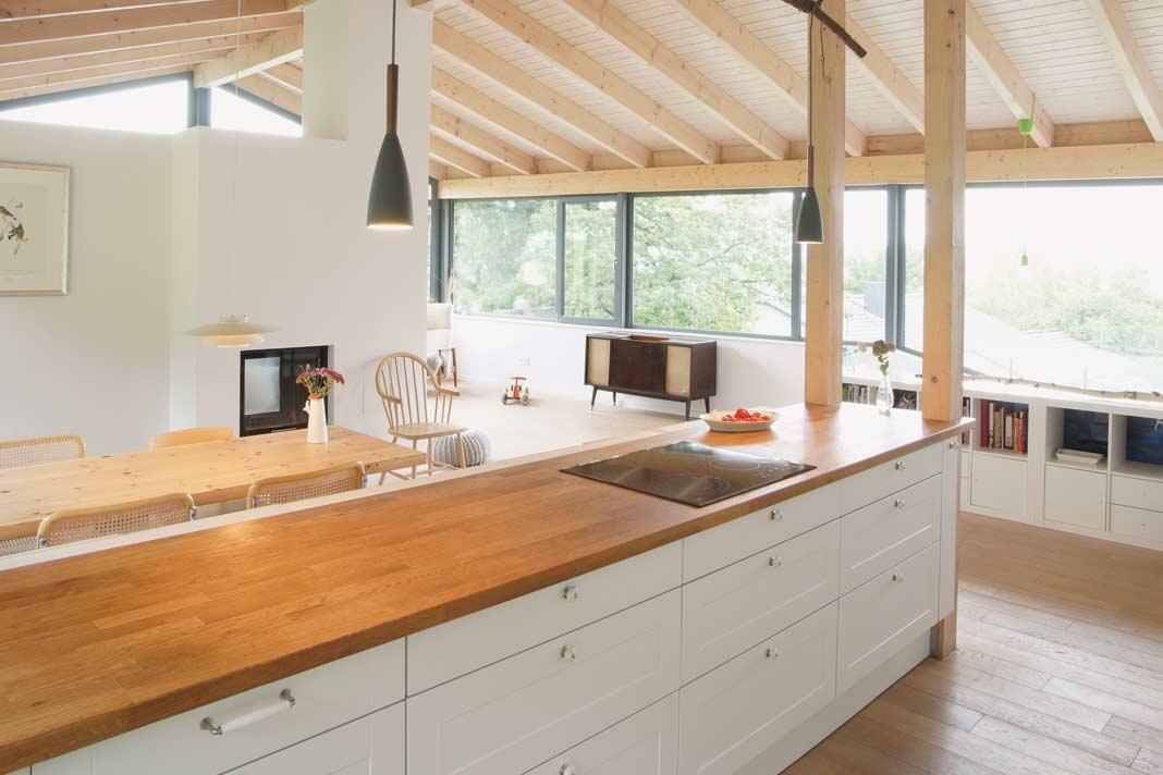 Holz vermittelt Wärme und Gemütlichkeit. Daher wünschte sich die Familie die Sichtbarkeit des natürlichen Baustoffs.