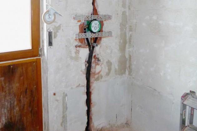 Die Vorbereitungen für die Wasserinstallationen für Dusche und Waschbecken beginnen.
