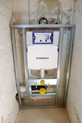 Die Vorwandinstallation für das Dusch-WC wird installiert.