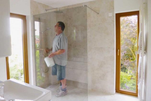 Montage der auf Maß angefertigten Glaswand.
