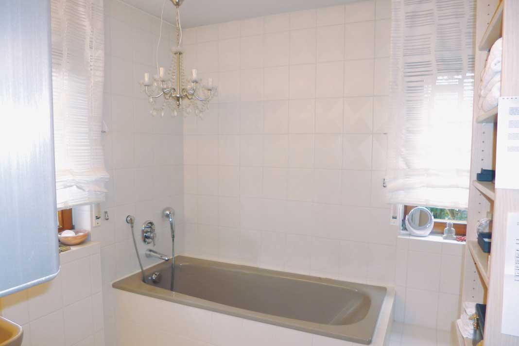 Sanitärkeramik im Bahama-Beige der 80er-Jahre und Schimmelbefall nach einem Leck in der Dusche .