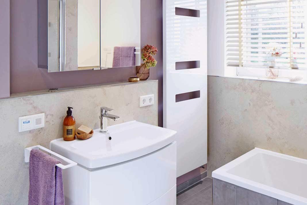 Ein helles Rundum-Sorglos-Bad mit ausreichend Platz und Stauraum.