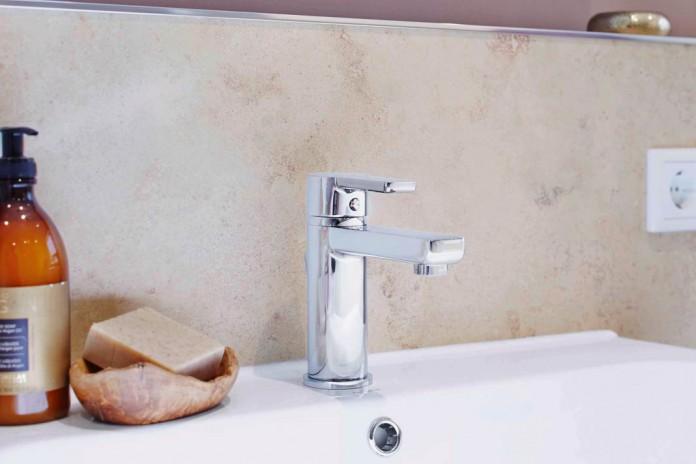 nach der sanierung wirkt das kleine bad ganz gro livvi de. Black Bedroom Furniture Sets. Home Design Ideas