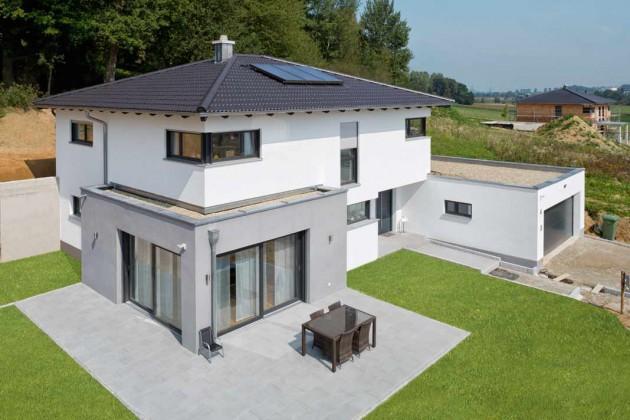 """Ein flach geneigtes Dach, gedeckt mit dem """"Ergoldsbacher Forma""""."""