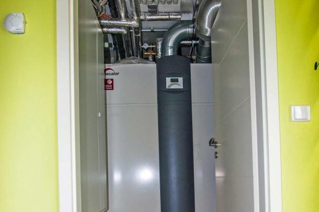 Auch wenn moderne, energieeffiziente Technik heutzutage nicht mehr viel Platz beansprucht, so ist sie hier im Untergeschoss doch gut aufgehoben.