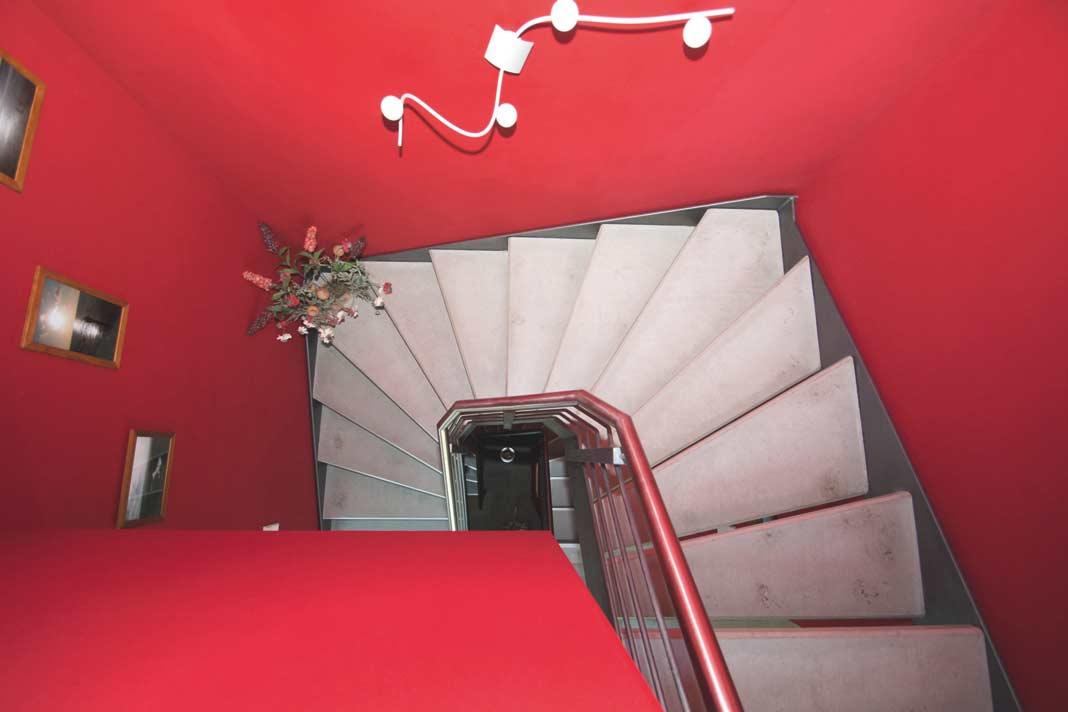 Die Treppenverbindung im Haus durfte ihre Betonoptik als bodenständige Note behalten.