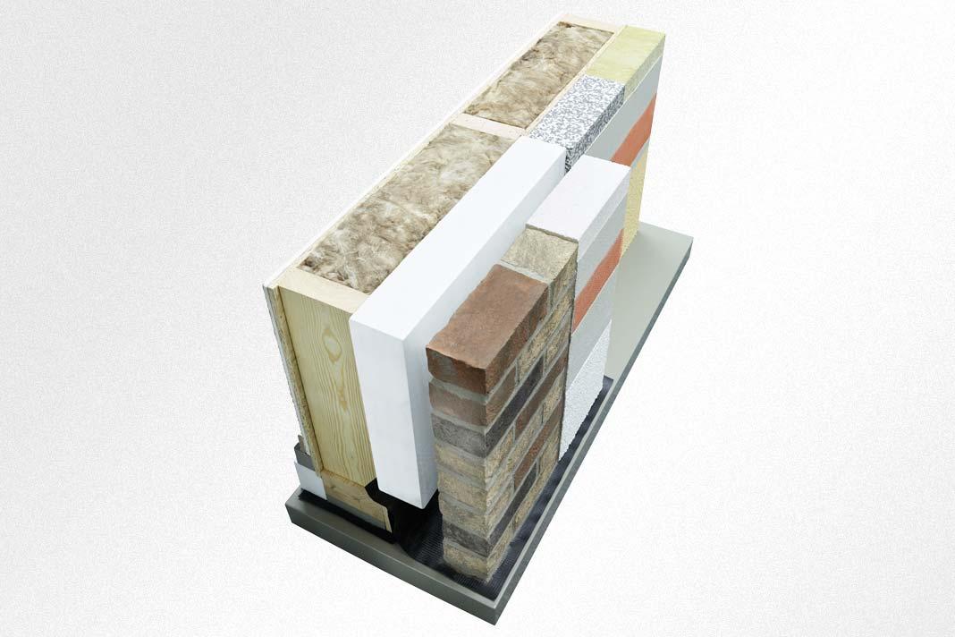 Die Wärmedämmung der tragenden Holzständerwand wird ergänzt durch eine zweite Dämmschicht, die geschützt hinter einer robusten Klinkerschale oder verputzten Luftporensteinen liegt. Auf Wunsch ist auch ein Wärmedämm-Verbundsystem möglich.