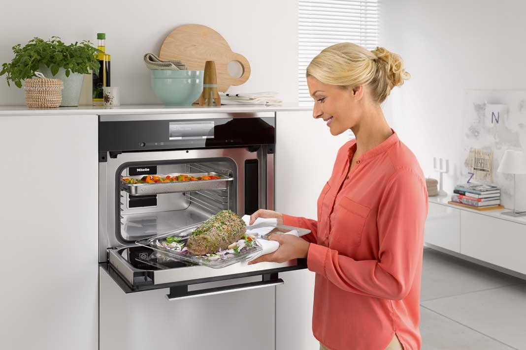 """Der Dampfgarer mit Mikrowelle """"DGM 6800"""" ist ein sehr vielseitiges Einbaugerät und löst Platzprobleme in der kompakten Küche."""