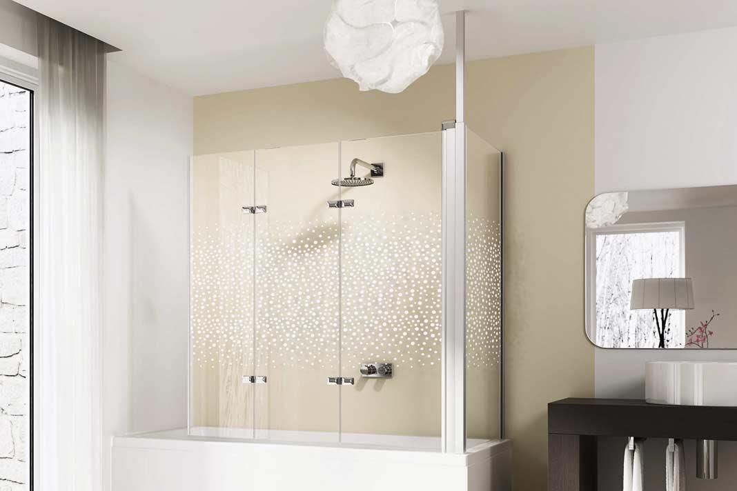"""Gut, dass es auch für """"Badewannenduscher"""" noch formschöne Lösungen wie die Hüppe DesignElegance-Glasabtrennung gibt."""