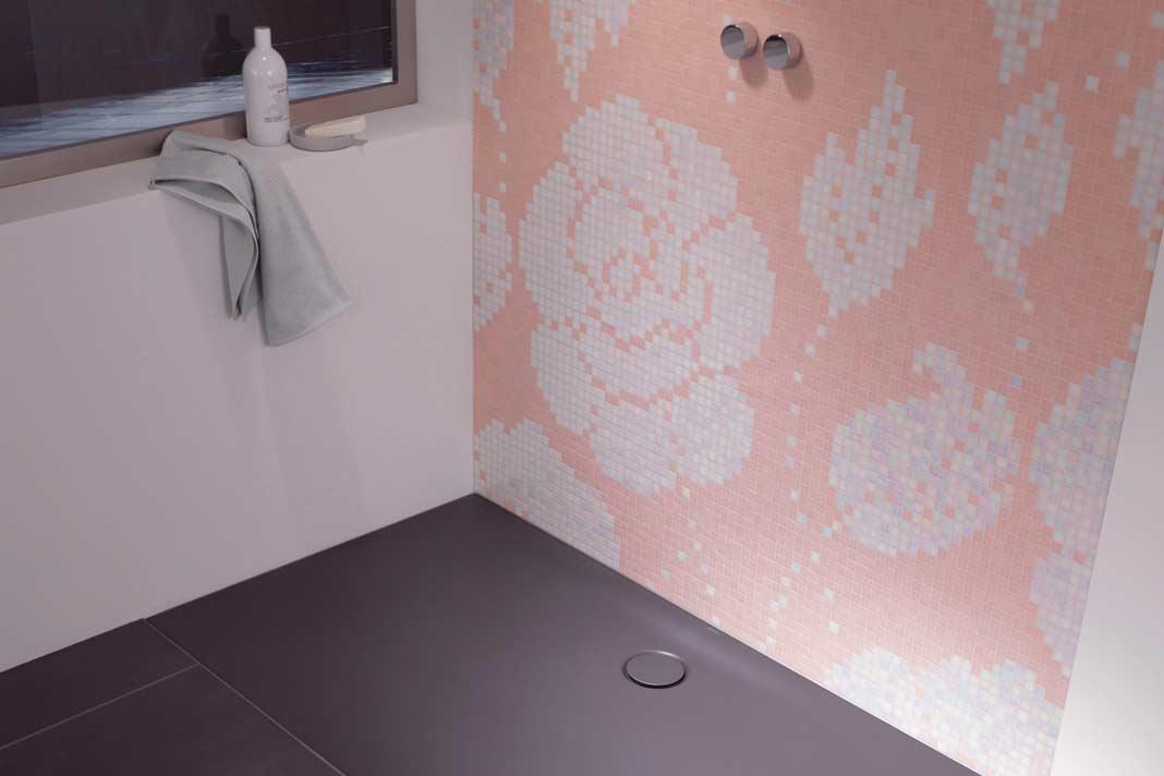 Auch die Duschtasse hat mittlerweile gelernt, sich farbig dem Fliesenboden anzupassen.