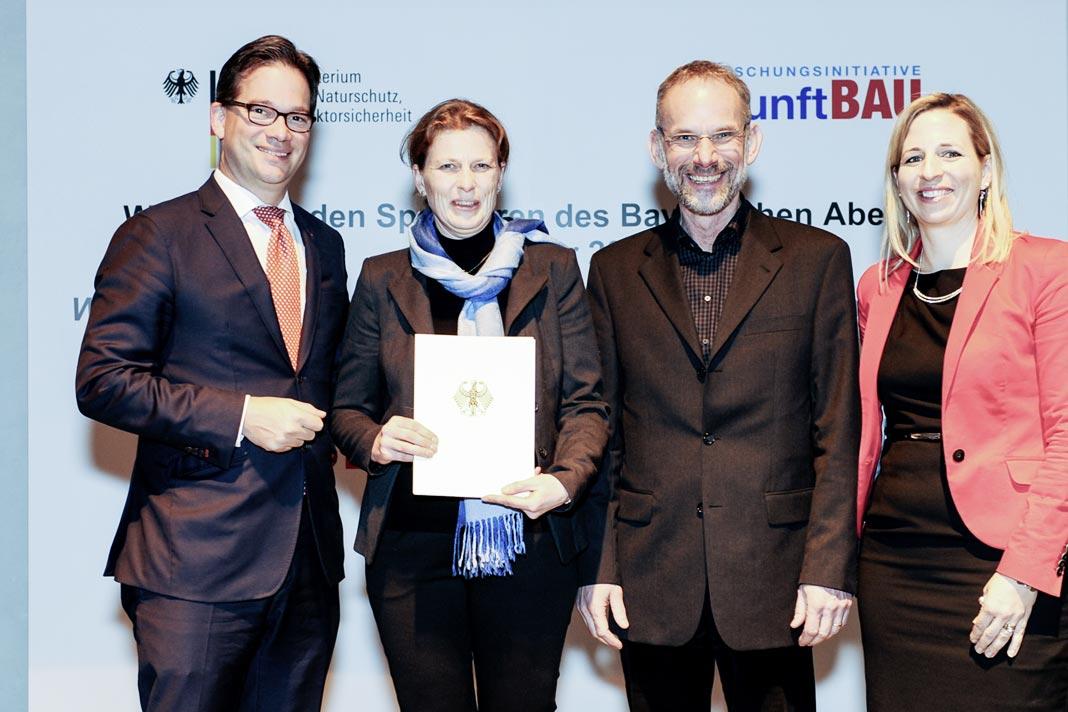 Von links nach rechts: Florian Pronold (Parlamentarischer Staatssekretär BMUB, Dorothea Lück (Gussek Haus), Peter Drees (Gussek Haus) und Prof. Dr. Natalie Eßig (Hochschule München).