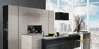 Das natürlich anmutende Holzdekor Silbereiche geht in dieser Lifestyle-Küche mit Schwarzglas eine elegant-wohnliche, pflegeleichte Kombination ein