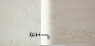 Keramische Fliesen im Bad.