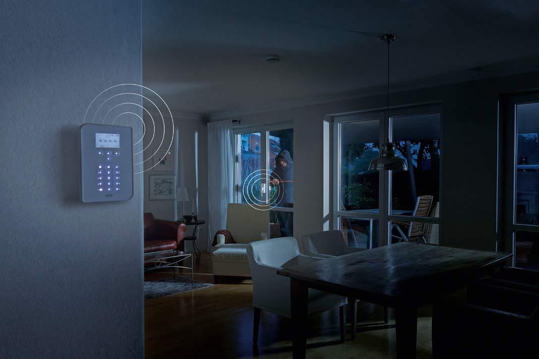 """Die """"Secvest""""-Funkalarmanlage setzt Maßstäbe in der Einbruchmeldetechnik: intuitiv in der Bedienung und einfach einzubauen. Mechatronische Komponenten setzen dem Eindringling einen mechanischen Widerstand entgegen und lösen gleichzeitig einen Alarm aus. Foto: Abus"""