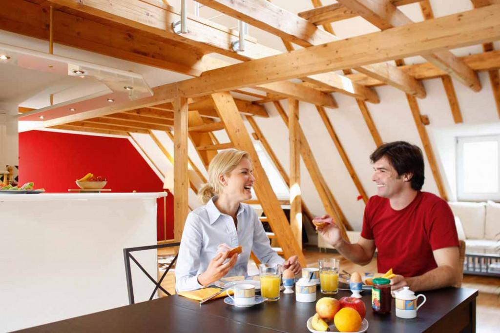 Wer mit Holz baut und sich mit Holz einrichtet, holt sich ein Stück Natur ins Haus.