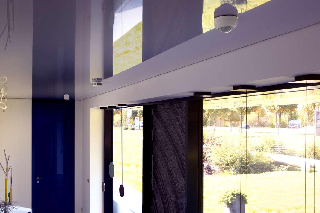 Gira Bewegungsmelder geben den Impuls für die bedarfsgerechte Beleuchtung, die Gira Rauchwarnmelder alarmieren im Brandfall.