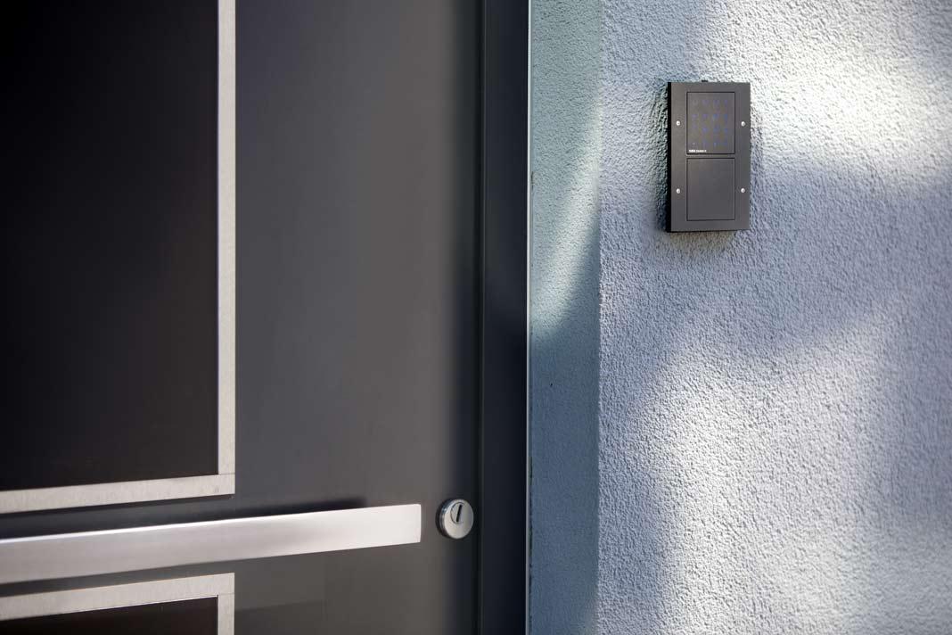 Ihre Türen öffnen die Marmanns mit Eingabe einer Ziffernkombination über die Gira Keyless In Codetastatur.