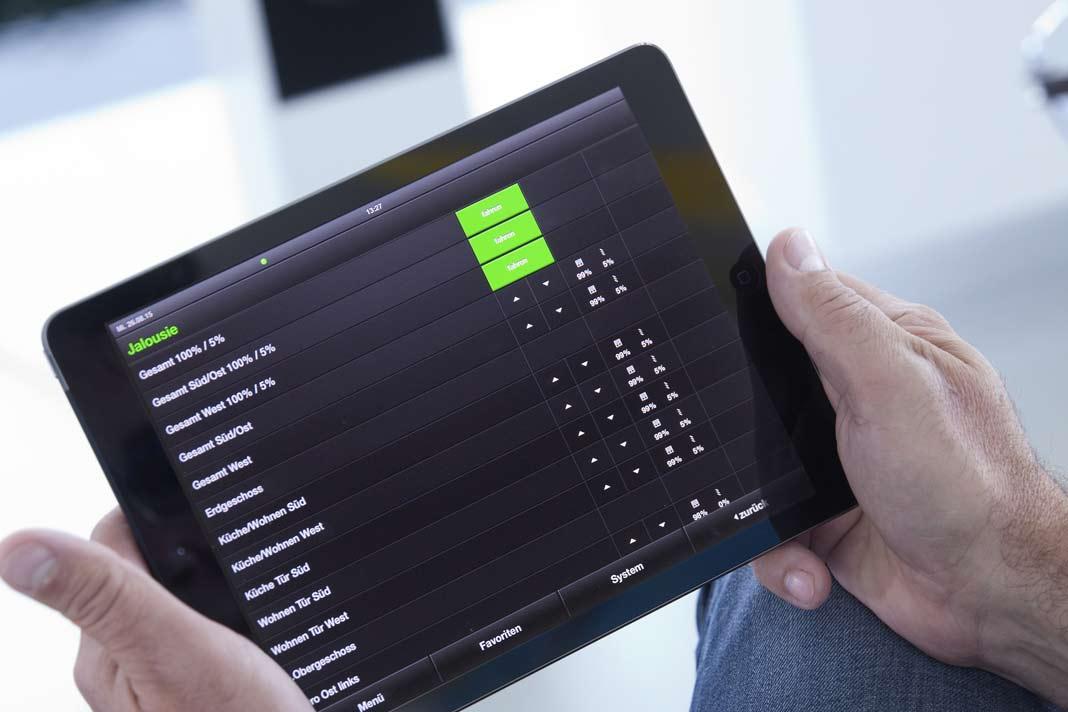 Dank der Gira HomeServer App lassen sich die ans KNX System gekoppelten Geräte und Funktionen auch von unterwegs aus einsehen und bedienen.