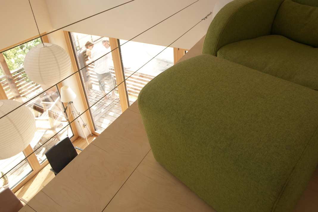 Ein einfacher Bodenbelag und Drahtseile statt teurem Geländer.