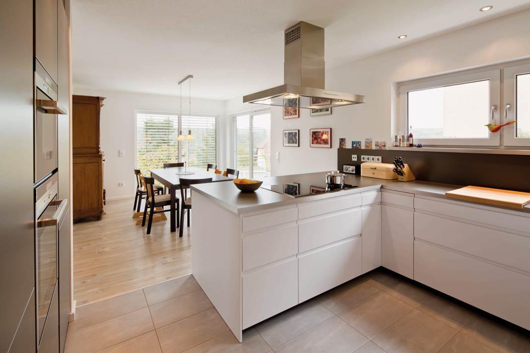 Küche und Essbereich gehen offen ineinander über.