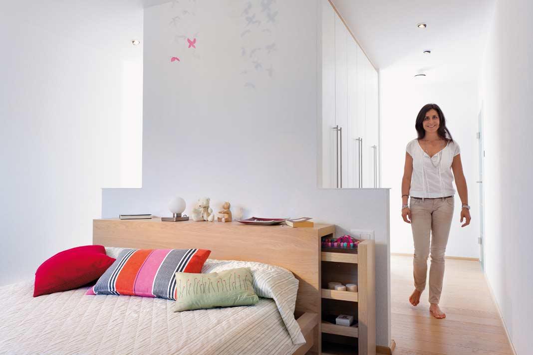 Im Haus überraschen clevere Wohnideen wie zum Beispiel der Schlaf-Ankleide-Bereich der Eltern mit der tollen Schranklösung für Sie und Ihn.