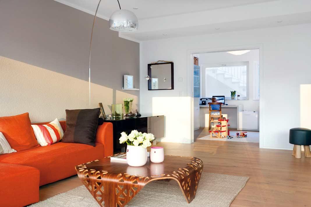 Praktisches Detail: Je nach Bedarf kann das Extrazimmer im Erdgeschoss über Schiebetüren mehr oder weniger vom Wohnbereich getrennt werden.