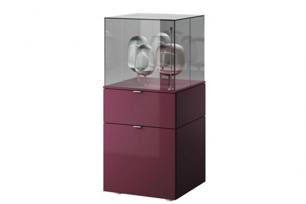 """Vertikal konfiguriert, entstehen aus den """"Cube""""- Schaukasten- und Rahmenmodulen hohe Raumskulpturen mit luxuriösem Touch."""