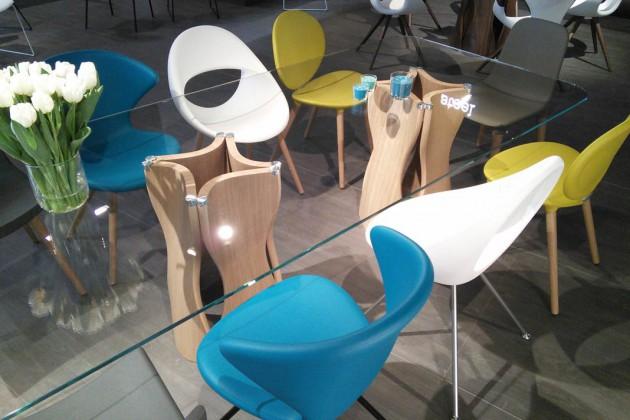 Am Esstisch dürfen, ja sollen sich sogar Stühle unterschiedlicher Farben und Formen zusammenfinden.